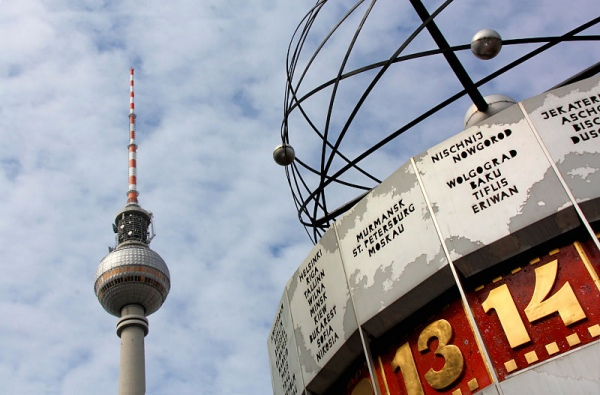 Berliner Fernsehturm with Worldtime Clock at Alexanderplatz by Dako99